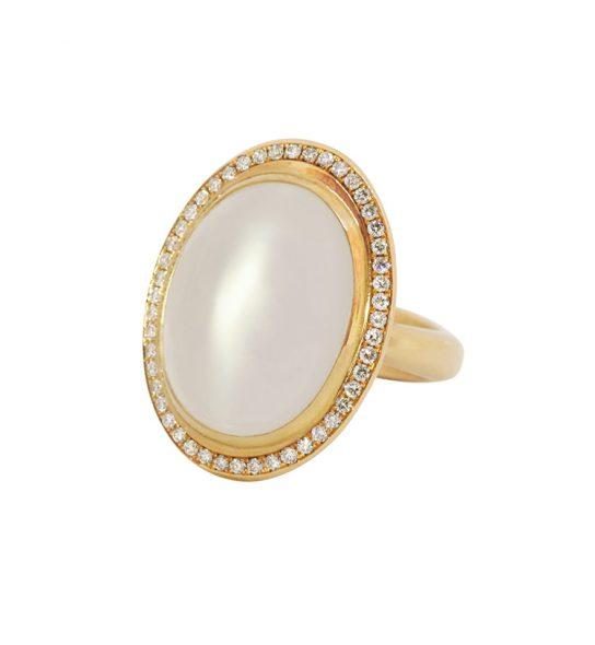 Großer Cocktail Ring in massiver Verarbeitung mit feinen Steinen: ein weißer Mondstein aus Sri Lanka mit schönem Katzenauge und funkelnden Brillanten.