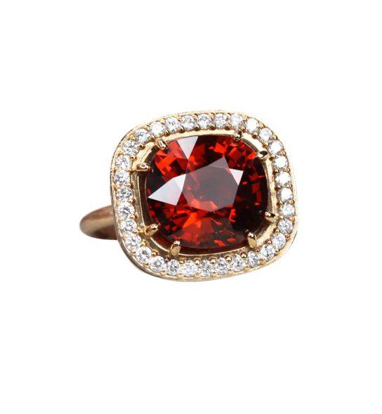 Traumhafter Ring mit einem wunderschönen Mandarin-Granat im Kissenschliff (Cushioncut) von bester Qualität.